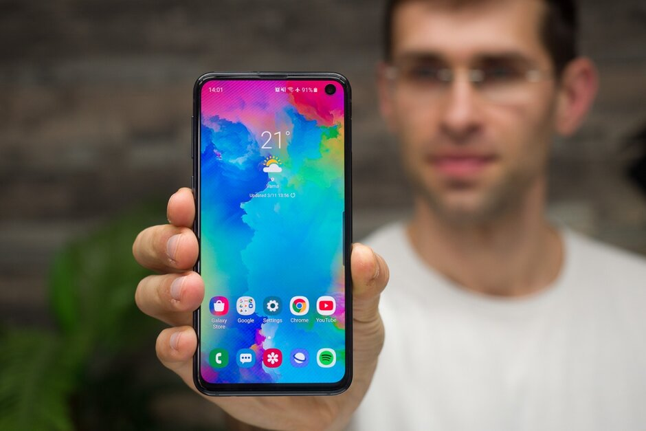 Here's how you can get Samsung's compact Galaxy S10e powerhouse free of charge